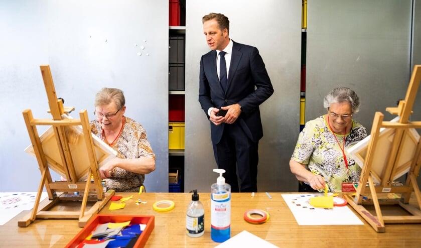 <p>Minister Hugo de Jonge bezocht het Kunstmuseum Den Haag, dat voor het eerst een zomerschool voor ouderen in de buurt houdt.</p>