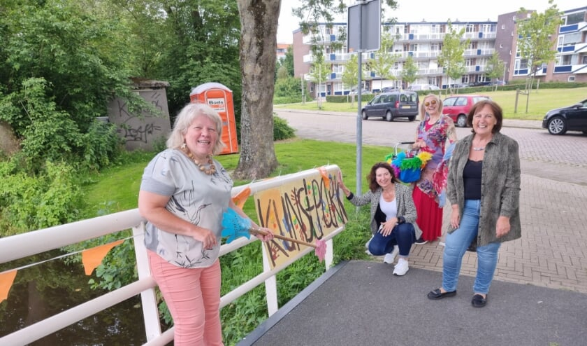 <p>Wethouder Karin Hoekstra (hurkend) plaatst haar handafdruk op het toegangsbord. | Foto en tekst: Annemiek Cornelissen.&nbsp;</p>