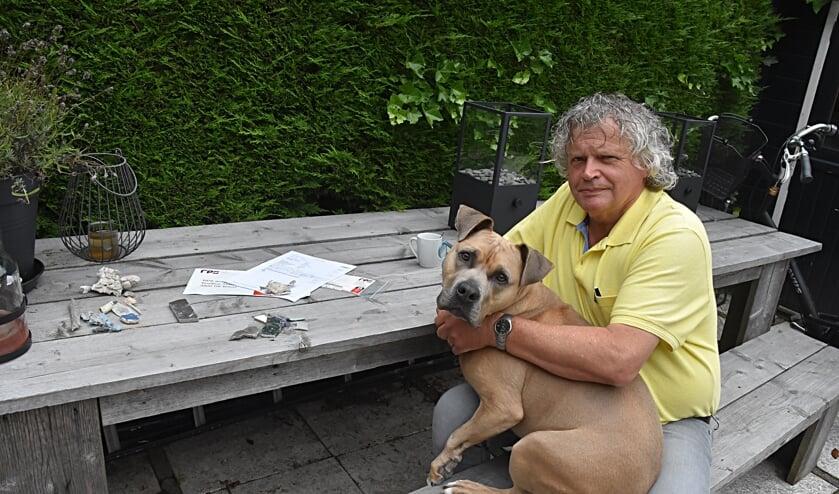 <p>Wiggert ten Haken met hond Paco en de gevonden vervuiling. | Foto: Piet van Kampen</p>