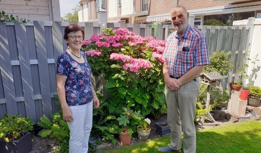 <p>Het echtpaar Rietveld bij de grote hortensiastruik, die de aandacht meteen opeist.  Foto: Cor de Mooy</p>