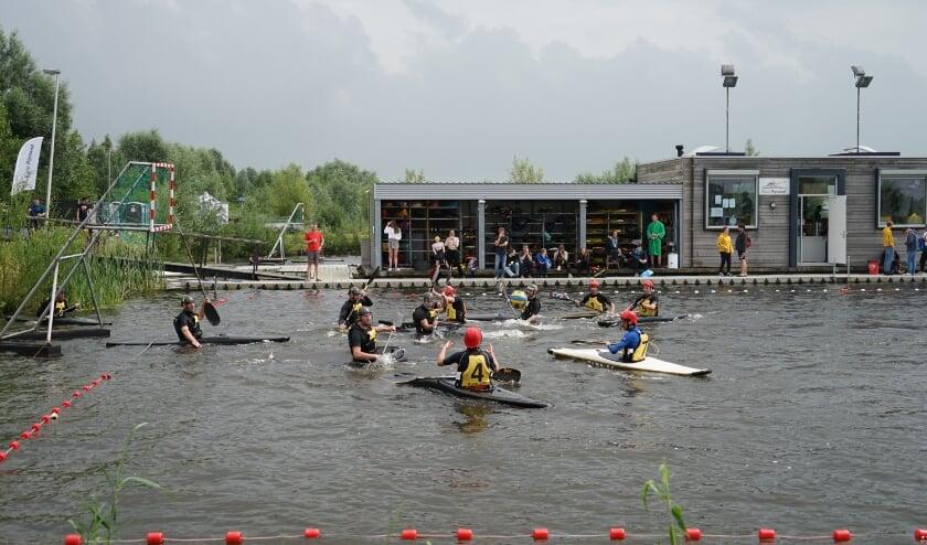 <p>Een aanval van Kano RIjnland D &nbsp;(met rode helmen en gele zwemvesten) .</p>