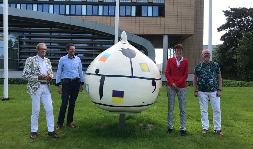 <p>Jan van Vliet, Leo van Leeuwen, Corine Rotteveel en John Meijer bij de zojuist onthulde Reuzenbol.</p>