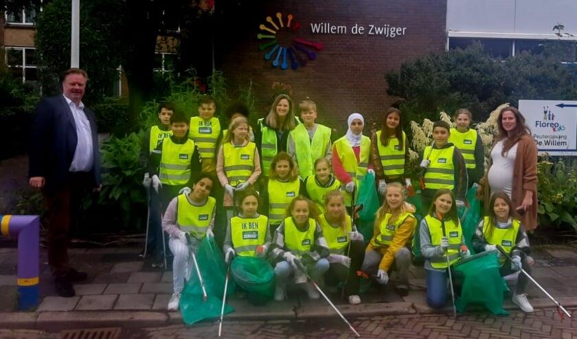 <p>Groep 8 van de Willem de Zwijgerschool met links wethouder Rik van Woudenberg en rechts Marieke van Leeuwen van Fairhups.</p>