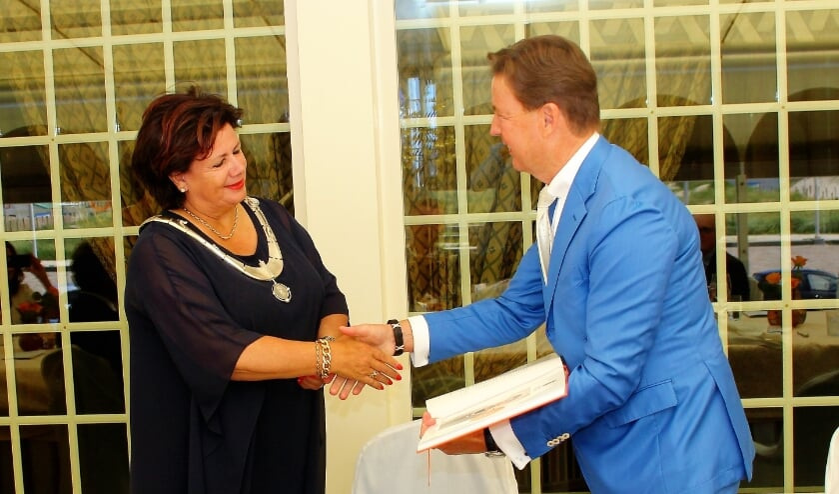 <p>Bram Mol overhandigt het eerste exemplaar van het promotieboek aan Burgemeester Verkleij.&nbsp;</p>