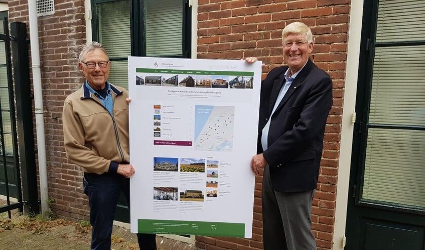 <p>Joop Zwetsloot en Piet Goemans tonen de nieuwe website waarop ook de Beeldbank Bollenerfgoed te vinden is.&nbsp;</p>