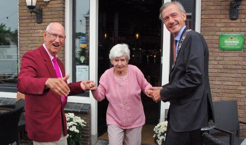<p>Locoburgemeester Matthijs Huizing was te gast bij bruidspaar van der Voort. | Foto Willemien Timmers</p>