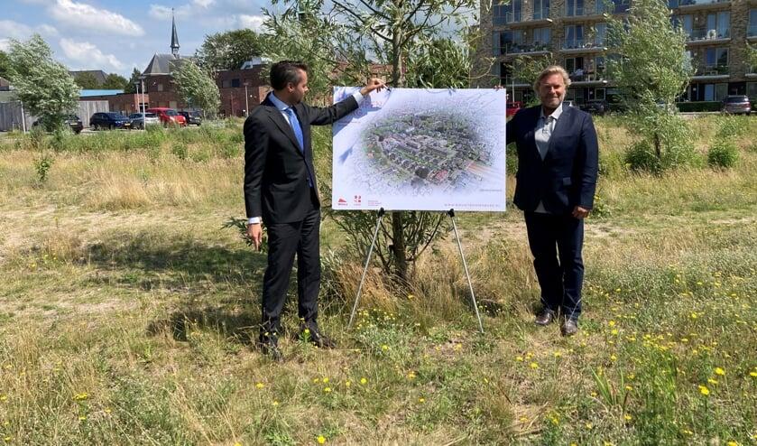 Wethouder Jeffrey van Haaster en Ronald Tol van Wilma Wonen bij een schets van het nieuwbouwproject.