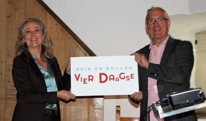 Quirine Kamphuisen geeft de uitvoering van de Duin en Bollen Vierdaagse in handen van Tjeerd Scheffer.