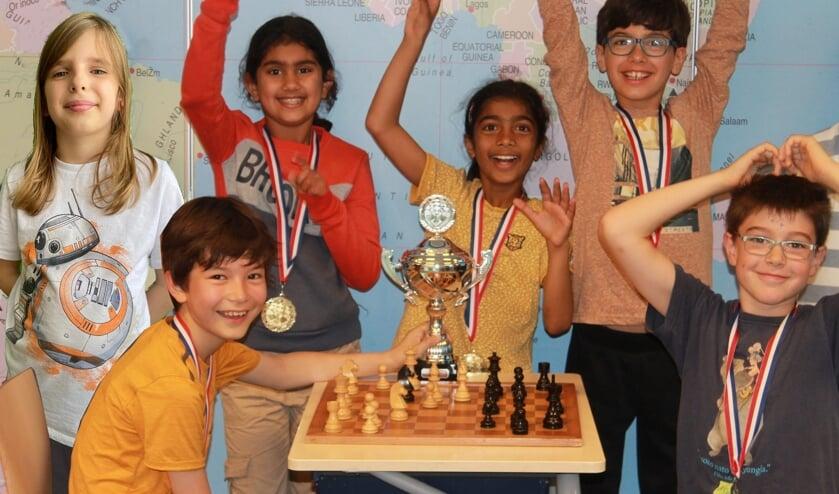 <p>Het middenbouw team van Elckerlyc mag zich Nederlands kampioen Schoolschaak van het NK 345 noemen! &nbsp;V.l.n.r. Ada Gil Forza, Sabin Teianu, Asmi Jaglan, Revathi Gandhimathi Vijaykumar, Enzo De Castro en Filippo Rampini.</p>