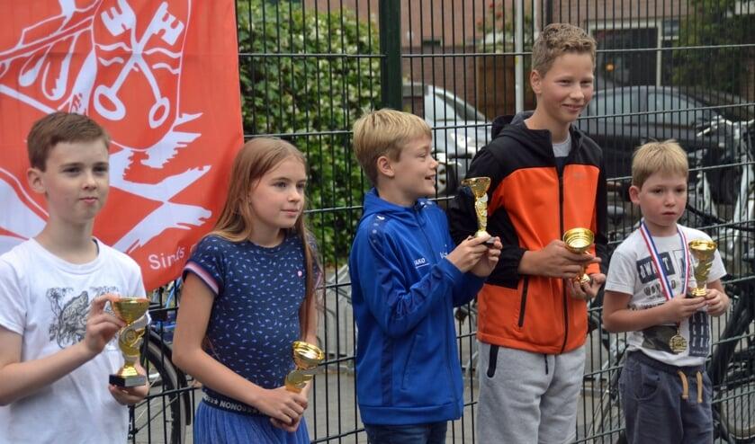 <p>De winnaars van de team-competitie, v.l.n.r. Paul, Suze, Mathis, Guido en Ilja. </p>