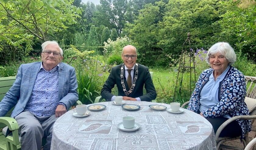 <p>Jan en Evelien Voogd &nbsp;ontvingen burgemeester Jaensch in hun tuin.</p>