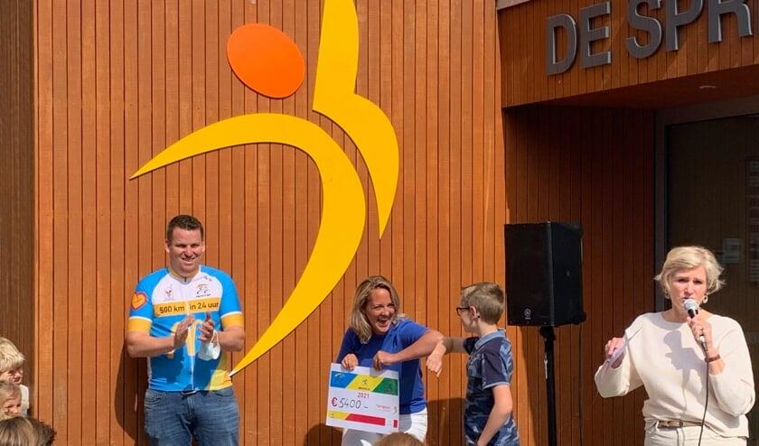 <p>Bob Koppier en Mieke van den Nouland nemen de cheque voor het Ronald McDonald fonds in ontvangst.   Foto: pr.&nbsp;</p>