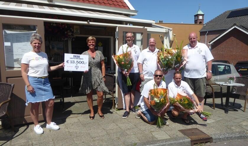 <p>De wielrenners overhandigden een mooie cheque aan Cora Rovers en Esther van der Meel van Marente.</p>