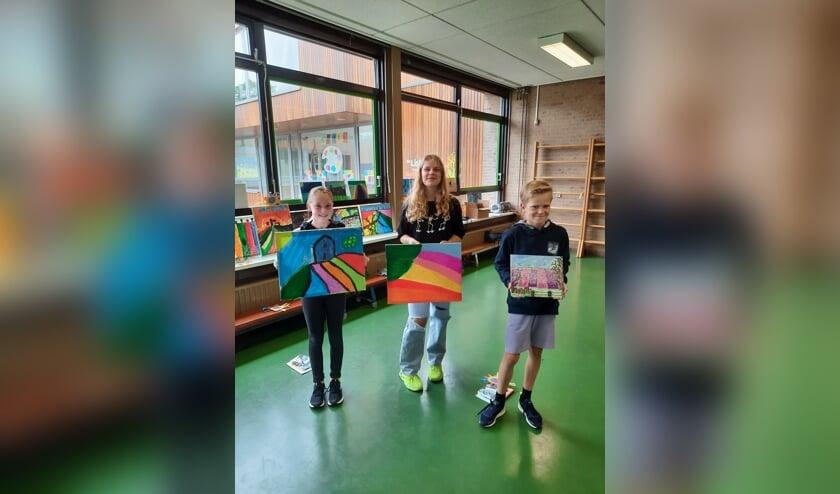 <p>De drie winnaars met hun schilderijen. Zij wonnen Kleurenpracht Junior &#39;21.</p>