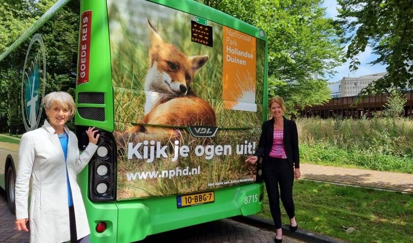 <p>Annemarie Hoogeveen, regiodirecteur West bij Arriva, en Georgette Leltz, directeur Nationaal Park Hollandse Duinen.   Foto: pr</p>