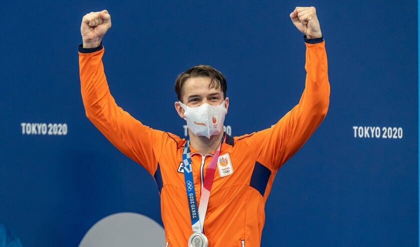 <p>Arno Kamminga afgelopen maandag met zijn zilveren Olympische medaille bij de huldiging van de 100 meter schoolslag.&nbsp;</p>