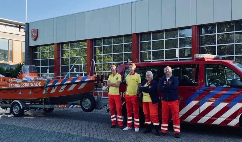 <p>Het team van de LDRB klaar voor vertrek bij de Leiderdorpse brandweerkazerne.</p>