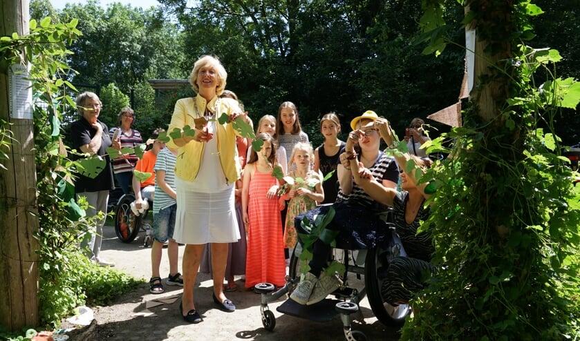 <p>Burgemeester Laila Driessen opent het vernieuwde Verwonderpad. Geheel links voorzitter Riny Vons.</p>