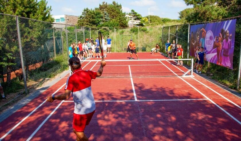 Tennistrainers Bob & Maikel geven een demonstratie mini-tennis.   Foto: pr