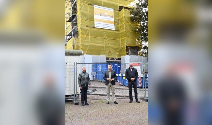 <p>Aannemer Ruud van Bommel, wethouder Adger van Helden en projectleider Milo Dest voor de toren. | Foto: CvdS.</p>