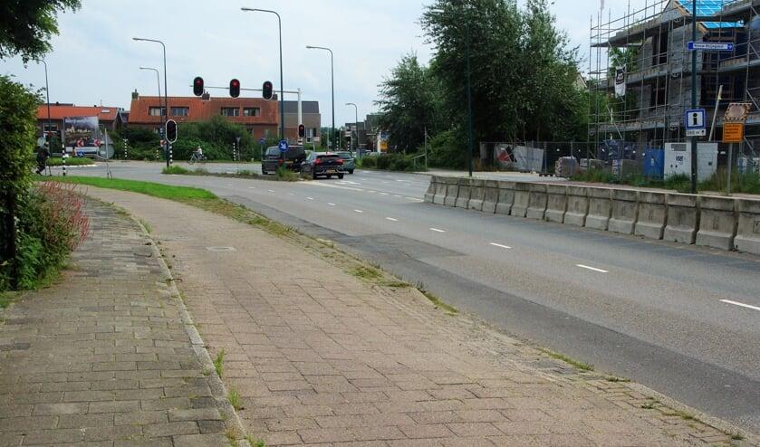 <p>Het slechte wegdek van de Rijnsburgerweg vertoont grote schade. Binnenkort zal dit structureel worden aangepakt.   Foto Willemien Timmers</p>