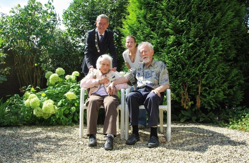 <p>Locoburgemeester Huizing feliciteert R&eacute;jean en Ginette Grard en hun dochter Caroline.  </p>