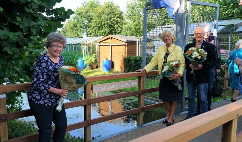 <p>Diny Wijnmaalen (links) en burgemeester Laila Driessen onthulden samen de naam van de brug. Rechts Joop van Huut, oud-voorzitter en erelid van VTV De Bloemhof.&nbsp;</p>