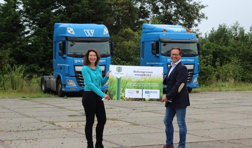 <p>Wethouder Karin Hoekstra en Jan van Duijn (directeur van Rhijn Projektontwikkeling) op de bouwlocatie. | Foto: PR.</p>