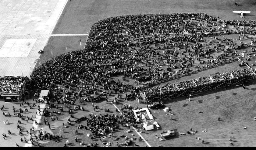 De demonstratie voor het behoud van Schiphol in 1938.   Foto: Beeldbank gemeente Amsterdam