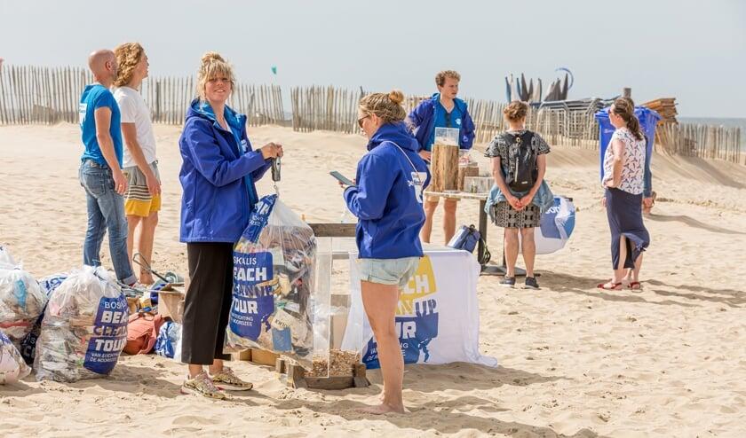 <p>Er werd afgelopen zaterdag maar liefst 140 kilo zwerfafval van het Katwijkse strand gehaald. | Foto: Jaap Lotstra</p>