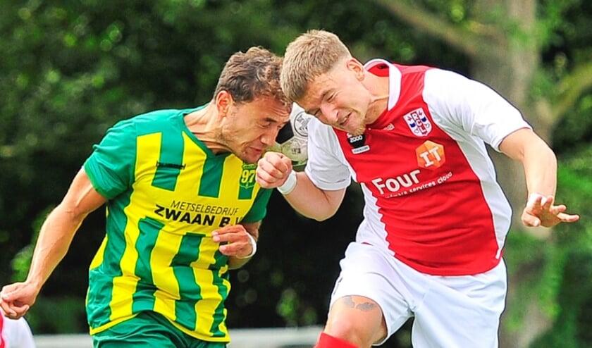 <p>Een kopduel in de wedstrijd RCL-Voorschoten.&nbsp;</p>