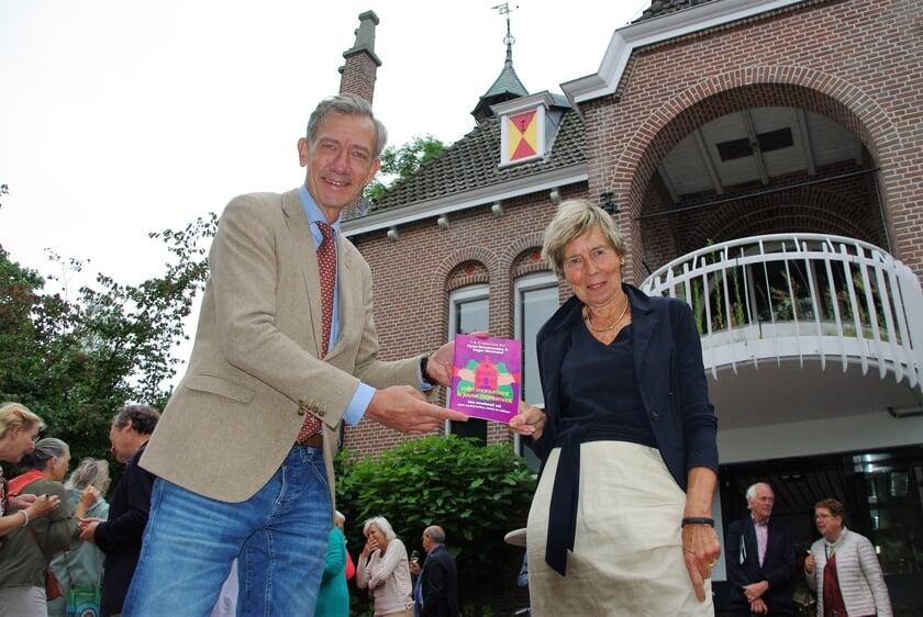 <p>Wethouder Matthijs Huizing ontvangt het eerste OSGER-boekje van Lineke Hofdijk - Visser.   &nbsp;</p>