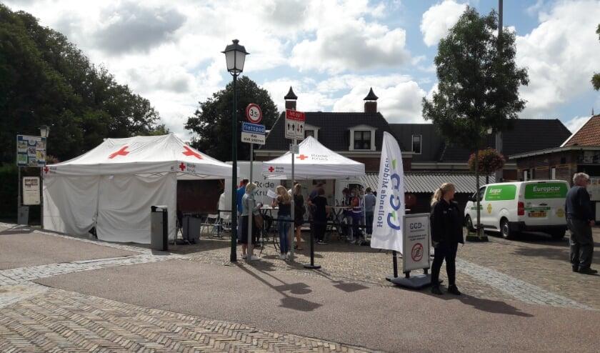 <p>De prikbus op de Gemeentehaven in Warmond</p>