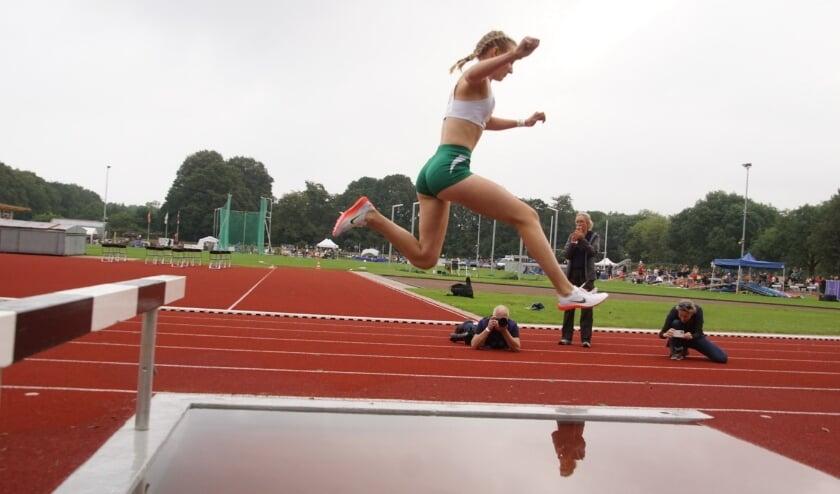 <p>De Hillegomse Suus Altorf tijdens de 2000 meter steeple chase die ze won, evenals de 800 meter. | Foto: pr&nbsp;</p>