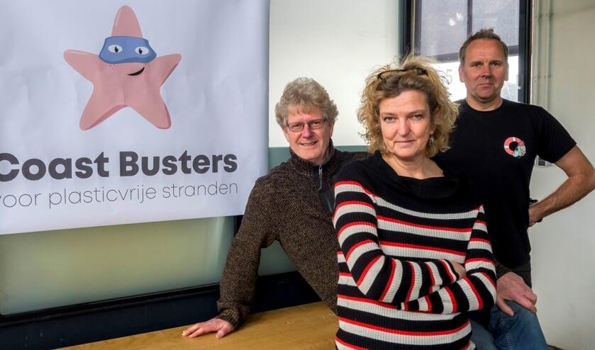 Louis van Schie (links), Claar-Els van Delft en Daniël Siepman van Stichting Coast Busters. | Foto: pr