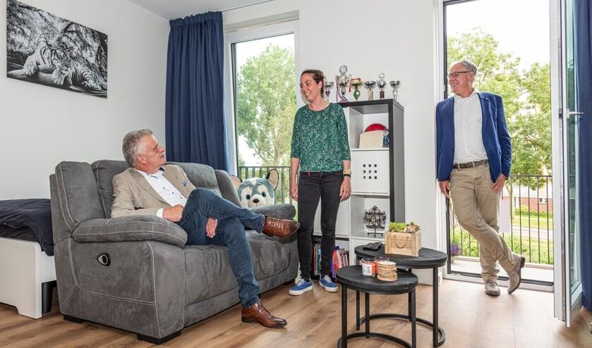 <p>V.l.n.r. Daan Binnendijk, een begeleidster van De Haardstee, en Chr&eacute;tien Mommers in &eacute;&eacute;n van de 12 studio&rsquo;s. | Foto: Buro JP</p>