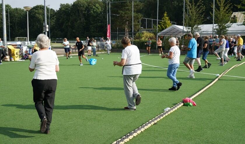 <p>Een balansoefening tijdens de gezamenlijke warming-up onder leiding van fysiotherapeut Maarten de Fockert.&nbsp;</p>