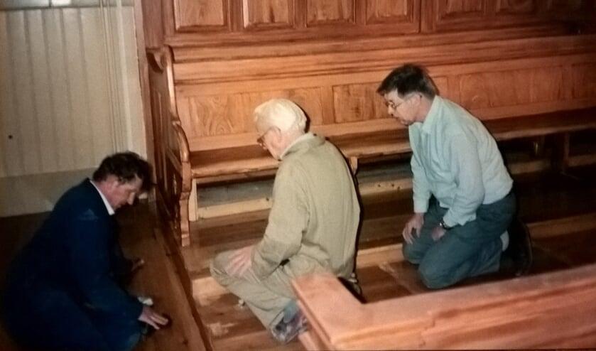 <p>Na de brand in de consistorie van de Hoofdstraatkerk namen gemeenteleden zelf ook veel herstelwerkzaamheden ter hand. V.l.n.r.: dhr. P. Wendt, S. Bij de Vaate en H. van Voorst aan het werk.</p>