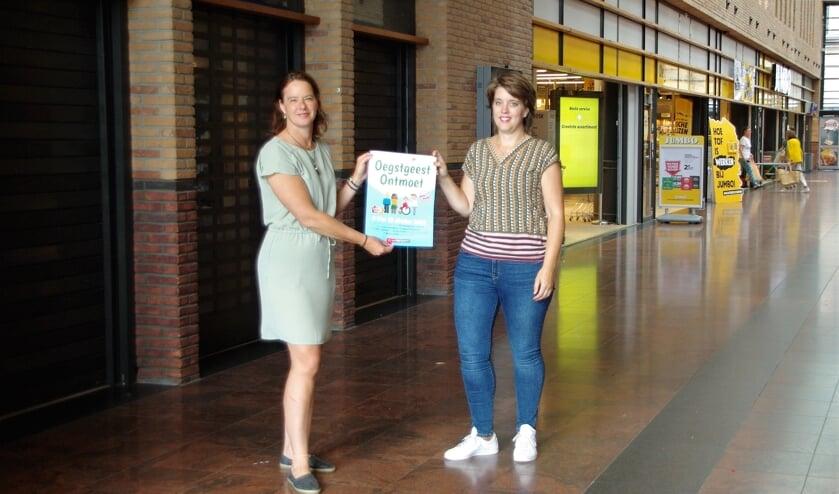 <p>&nbsp;Ivonne Janka en Sietske Steenbergen voor de pop-up-winkel van Oegstgeest Ontmoet. | Foto Willemien Timmers</p>