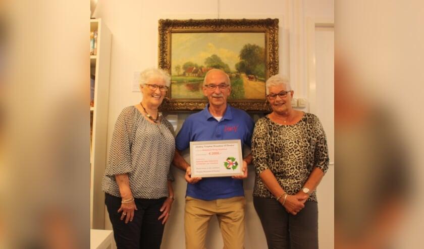<p>De cheque werd door vrijwilligers van de Kringloop overhandigd aan de penningmeester van HKV. </p>