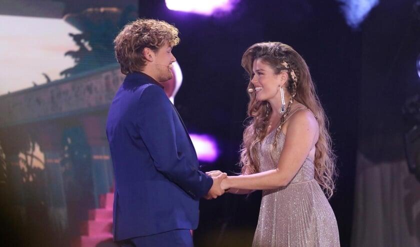 Nienke Latten zingt samen met haar tegenspeler Soy Kroon tijdens de Uitmarkt.