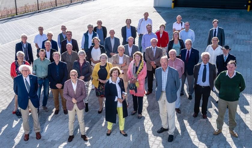 <p>Voorafgaand aan de bedrijfsbezoeken gingen de oud-raadsleden, -wethouders en -burgemeesters op de foto.  &nbsp;</p>