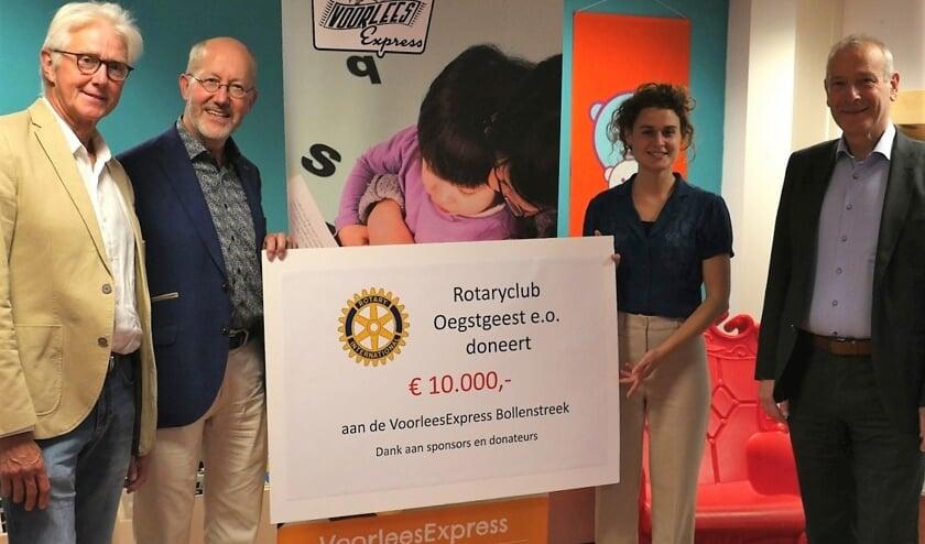 <p><br>V.l.n.r.: Wim Dam, voorzitter Rotaryclub Oegstgeest e.o. in 2020-2021, Harry Theuns, voorzitter van de dicteecommissie van diezelfde Rotaryclub, Mijs Besseling, de nieuwe projectleider van de VoorleesExpress Bollenstreek en Hans Portengen, directeur bibliotheken Bollenstreek.</p>
