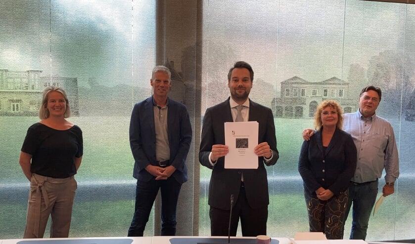 De intentieovereenkomst voor de Schoolstraat 5-11 werd dinsdag getekend. Op de foto staan van links naar rechts: Ilja van Luling en Martin Bosscher van MEER Vastgoed B.V., wethouder Jeffrey van Haaster en Teun en Jacqueline Oosthoek van De Gewoonste Zaak.