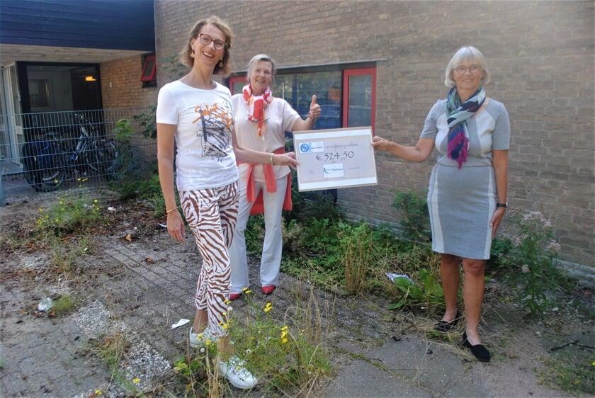 <p>V.l.n.r. Stefanie de Koning, Louise Drabbe en Nelly van der Does.</p>
