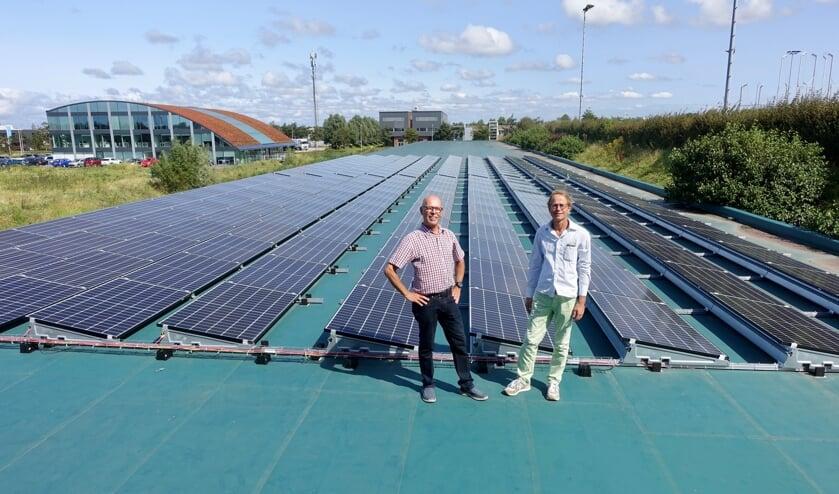 Bestuursleden Loek van Driel en Patrick Wijngaard van de Katwijkse Energie Coöperatie op het dak van Schietsportvereniging Katwijk op sportpark de Krom. Achteraan op het dak komen de 500 à 600 zonnepanelen van 'Buurtstroom Katwijk 1'.   Foto: pr