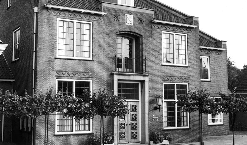 <p>De ingang van het vernieuwde gemeentehuis aan de Herenstraat in 1955. | Foto: pr.</p>