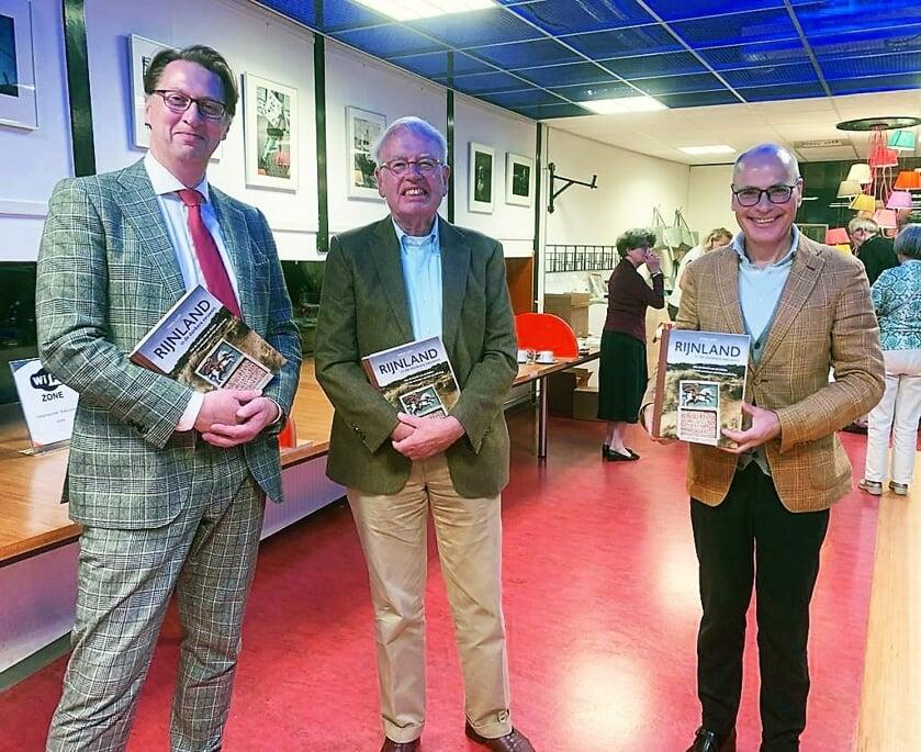 <p>Links naast de auteur dijkgraaf Van der Sande. Rechts burgemeester Jaensch.</p>