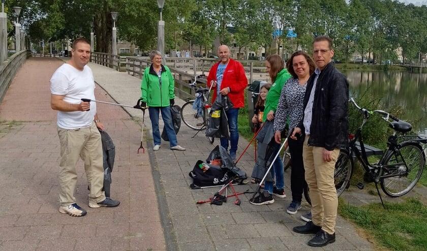 <p>De gemeenteraadsleden Olaf McDaniel (PvdA, midden) en Marlies van Beek (GroenLinks, tweede van rechts) maken deel uit van de gezamenlijke schoonmaakploeg. | Foto: PR</p>