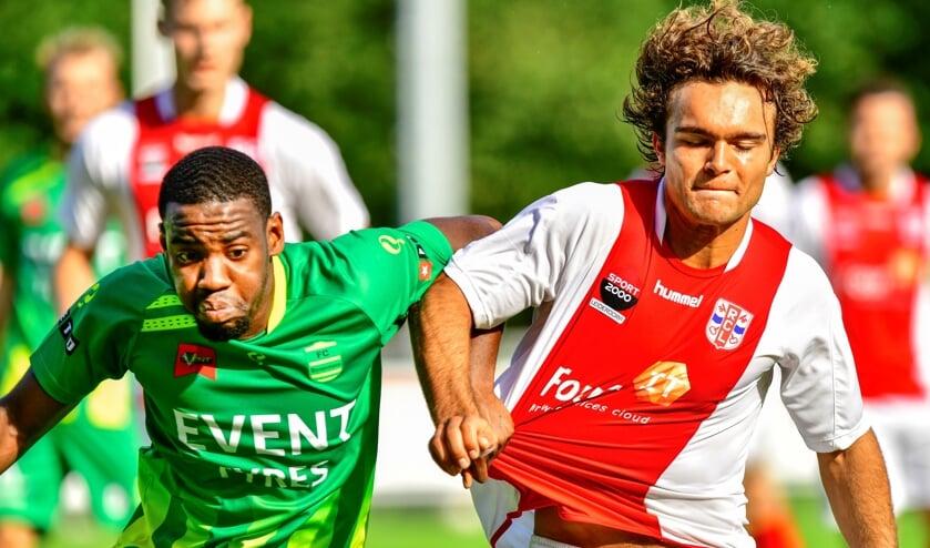 <p>Sjors Schouten, een van de veelbelovende RCL-ers uit eigen kweek, passeert zijn verdediger.&nbsp;</p>